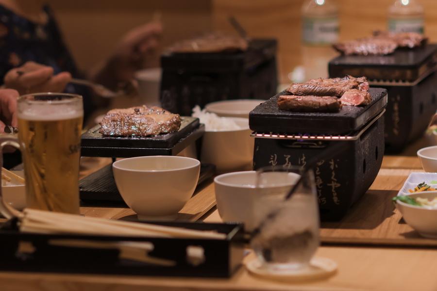 món Toro Gyutan Steak lưỡi bò nướng đá nóng