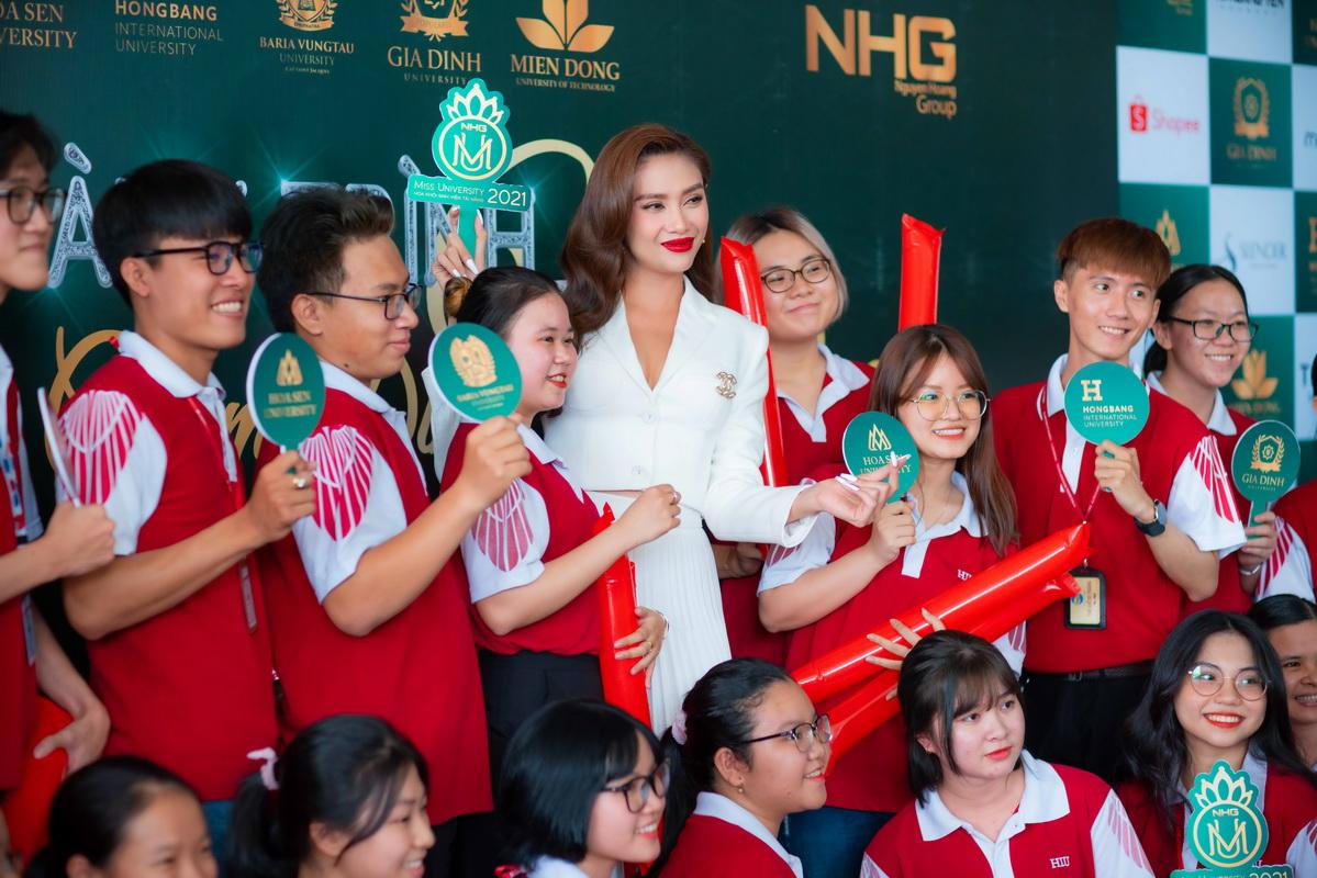 võ hoàng yến trở thành giám khảo cuộc thi hoa khôi sinh viên