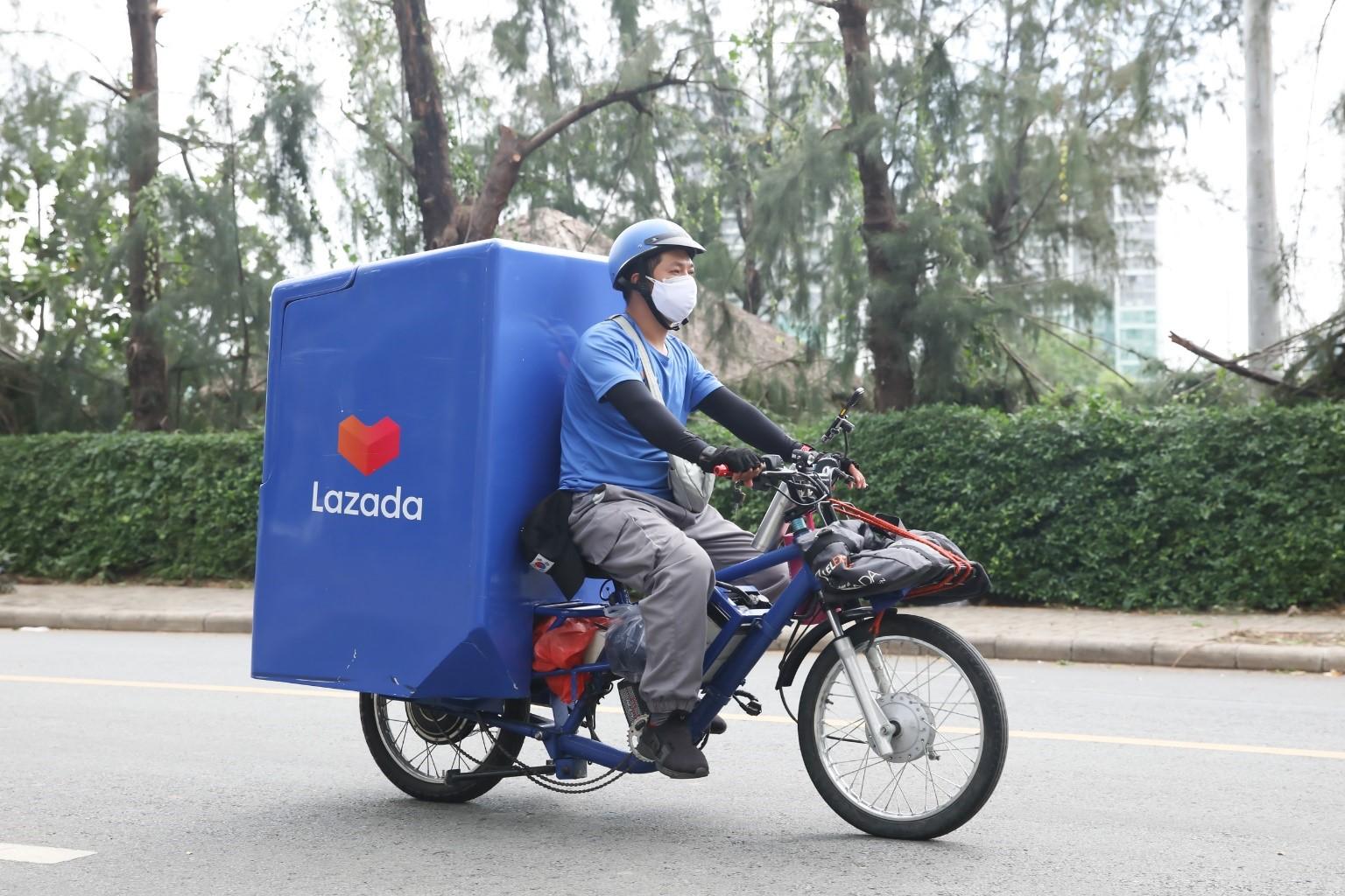 Lazada giao hàng giãn cách xã hội shipper nhu yếu phẩm